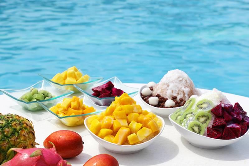 <strong>Summerスノーフレークバー</strong> <br>マンゴやパイナップルなど沖縄フルーツやシロップなどをお好きなようにトッピングして、オリジナルかき氷をお楽しみください。</br>※1室4名様まで/14:00~16:00