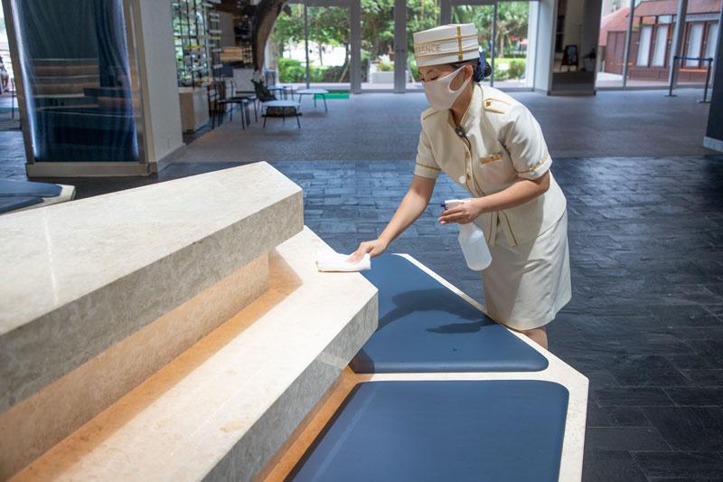 <center><strong>定期清掃の強化</center></strong>  階段の手すり、化粧室の扉、エレベーターのボタン、ランドリーコーナーなど、お客様の触れる機会が多い箇所の定期的な除菌、清掃を実施しております。