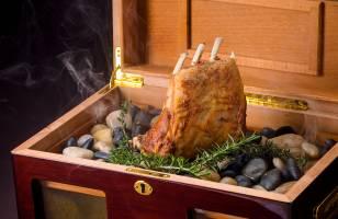 琉球フレンチのメインディッシュ さんぴん茶の香りをつけた仔羊のロースト